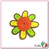 Flor naranja, verde y amarilla para aplicaciones, broche o imán de ganchillo - Tamaño