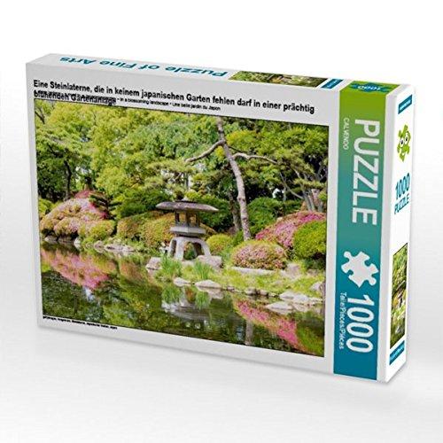 Eine Steinlaterne, die in keinem japanischen Garten fehlen darf in einer prächtig blühenden Gartenanlage 1000 Teile Puzzle quer -
