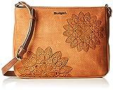 Desigual Atila Espot Across Body Bag CamelDati:o Materiale: Esterno in poliuretano al 100%o Dimensioni: Larghezza circa 30 cm, altezza circa 22 cm, profondità circa 4 cmo Colore: Cammello (marrone)o Fabbricante: Desigual