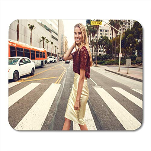 Deglogse Gaming-Mauspad-Matte, Fashionable Blonde Woman in Red Top and Nice Gold Skirt Sunglasses Walking The Street Spring Summer Mouse Pad