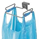 mDesign Supporto porta sacchetti per rifiuti in metallo - Sostituisce il cestino spazzatura in cucina - Porta sacchetto spazzatura facile da appendere all'anta dell'armadietto da cucina - grigio scuro