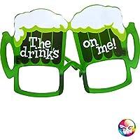 """Cette paire de lunettes en forme de chope de bière est de couleur verte.   Disponibles en taille unique, elles représentent deux chopes de bière et portant l'inscription """"The drink's on me!"""".   Cette paire de lunettes chopes de bière sera parfaite..."""