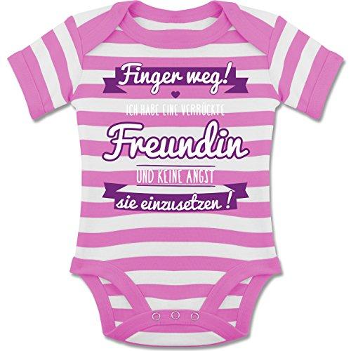 Shirtracer Sprüche Baby - Ich Habe eine Verrückte Freundin Lila - 6-12 Monate - Pink/Naturweiß - BZ10S - Gestreifter Kurzarm Baby-Strampler/Body für Jungen und Mädchen