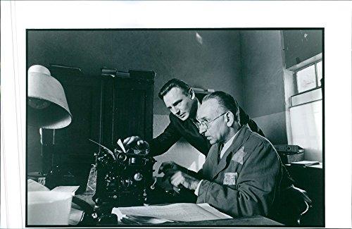 vintage-foto-de-liam-neeson-y-ben-kingsley-en-una-escena-de-un-1993-american-movie-la-lista-de-schin