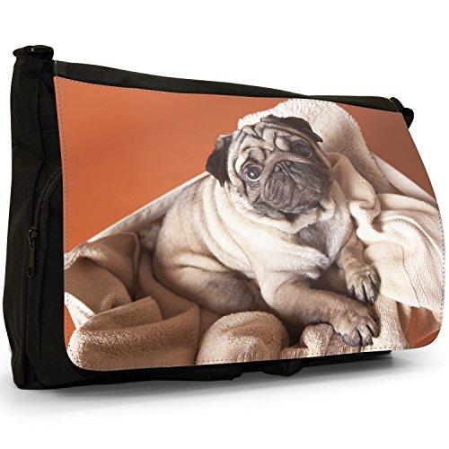 Fancy A Bag Borsa Messenger Nero Pug In A Field Pug Dog Sat On Blanket