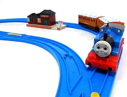 Brigamo 553 – Elektrische Eisenbahn Zug Set mit Thomas Lokomotive und Anhänger, umfangreiche Startpackung - 4
