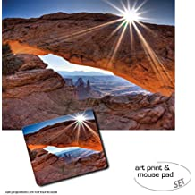 Set Regalo: 1 Póster Impresión Artística (80x60 cm) + 1 Alfombrilla Para Ratón (23x19 cm) - Cañones, High Noon At Mesa Arch, Canyonlands National Park, USA