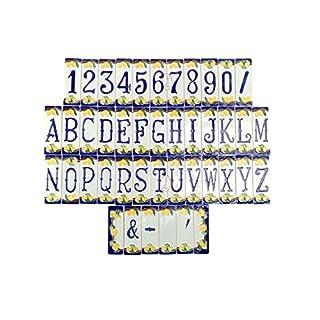 Hausnummern aus Keramik, Keramikfliesen, Motiv: Zitronen  Der Preis bezieht sich auf eine einzelne Fliese, siehe Beispiel unter der Beschreibung. Erhältlich sind: Die Zahlen von 0 bis 9, die Buchstaben von A bis Z, spezielle Buchstaben wie K, X, J, Y, W, die Symbole  /,  -, &, das Apostroph, neutrale Fliesen und die zwei seitlichen Fliesen um einen Rahmen zu bilden. Maße jeder einzelnen Fliese: 12 cm (Höhe), 4 cm (Breite), 0,7 cm (Dicke).