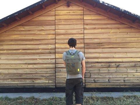 Imagen de eco  solapa con cierre tipo saco y bolsillo en la parte trasera hecha con material reciclado 100% rpet oliva  alternativa