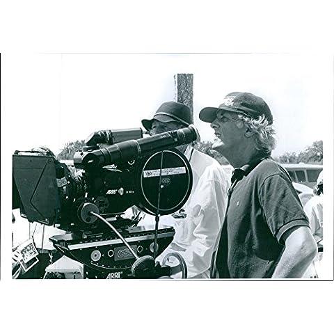 Vintage Foto Di 1992vista di Michael Apted con un cameraman sul set del film Thunderheart.