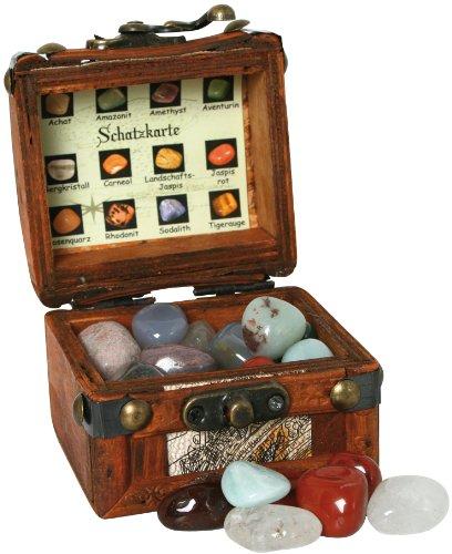 Scrigno in legno del tesoro con minerali