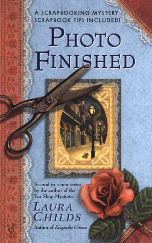 Photo Finished (A Scrapbooking Mystery Book 2) (English Edition)