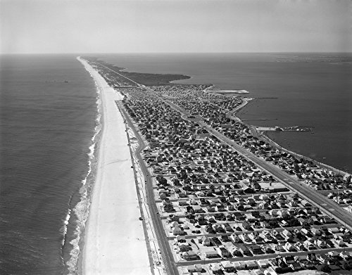 The Poster Corp Vintage Images - 1970s-1980s Aerial of Jersey Shore Barnegat Peninsula Barrier Island Seaside Park New Jersey Usa Kunstdruck (27,94 x 35,56 cm)
