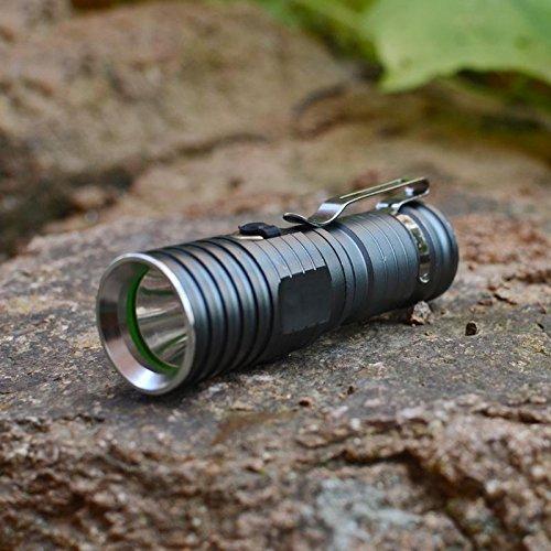 Jia & HE solide à longue portée rechargeable LED Lampe de poche Mini Prime Ménage Searchlight armée Wang extérieur de cyclisme
