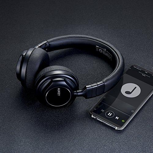 AUKEY Bluetooth Kopfhörer Kabellos on Ear, Dual 40mm Treiber mit Sattem Bass, 18 Stunden Spielzeit, Mikrofon und 3,5-mm-Audioeingang, Transportetui, Ermüdungsfreies Tragen - 4