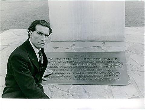Gravure de l'homme assis sur un sol photo vintage, 1962.