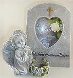 Grabschmuck Engel neben Trauerstein mit Foto Fenster Teelicht und Aufschrift Du lebst in unseren Herzen Grabdekoration Engel