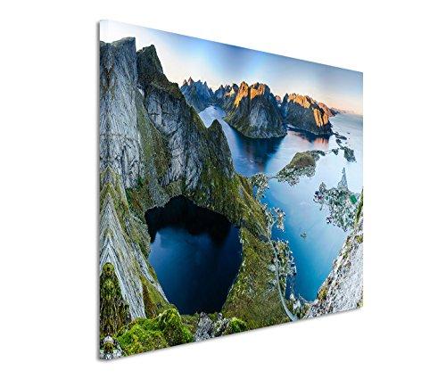 Modernes Bild 120x80cm Landschaftsfotografie – Malerisches Reine Dorf auf den Lofoten Inseln in Norwegen