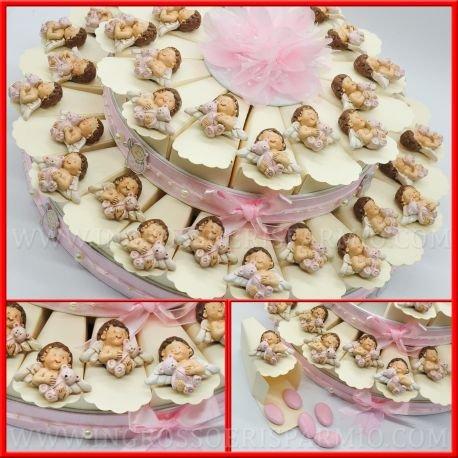 Torta bomboniere partaconfetti in cartoncino rigido color panna decorata da un nastrino rosa con fiocco e perline alla base e topper in tulle , ogni fetta presenta una calamita/magnete in resina colorata a forma di angioletto che regge un orsacchiotto rosa da femminuccia - bomboniere nascita,battesimo,comunione,primo compleanno(40 fette senza confetti)