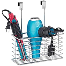 mDesign Soporte para secador de pelo sin taladro – Colgador de puerta con cesto de rejilla