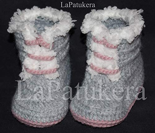 Bottes Pirineo. Chaussons bébé au crochet, unisexe. Bottes le style PIRINEO. Couleur gris et rose, laine, tailles 0-9 mois. Fait main en Espagne. cadeau pour bébé.