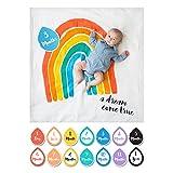 Lulujo Baby-Decke Swaddle mit 14 Monats-Karten Baby-Karten zum Fotografieren und festhalten der ersten Entwicklungsschritte Ihres Babys im ersten Lebensjahr (Regenbogen)