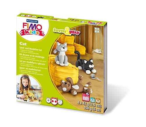 Staedtler 8034 16 LYST Katzen Fimo kids form&play Set (superweiche, ofenhärtende Knete, leichte Anleitung, wiederverschließbare Box, Set mit 4 Blöcken, 1 Modellierstab und 1 Spielkulisse) (Play-box Für Katzen)