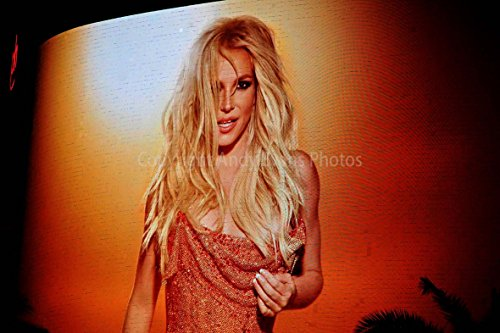 Eine 45,7 x 30,5 cm Fotografieren Foto-Druck der Britney Spears Neon Poster bei Planet Hollywood Resort in Las Vegas NEVADA USA Landschaft Foto Farbe Bild Art Print