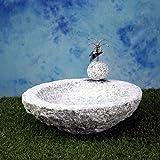 Vogelbad aus Granit in Schalenform (mit einem Vögele am Rand sitzend)