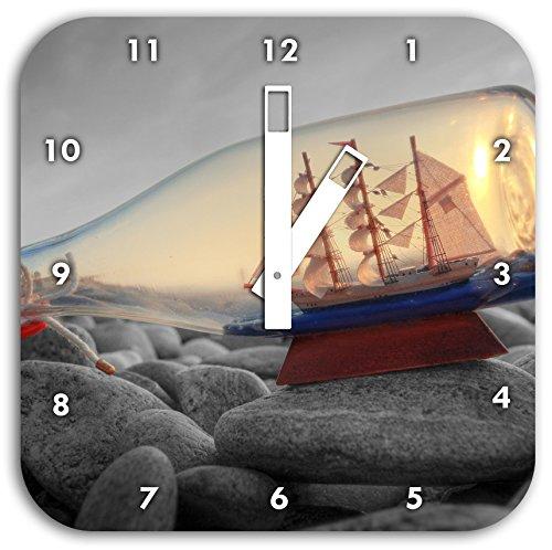 Schiff in Flasche am Steinstrand schwarz/weiß, Wanduhr Quadratisch Durchmesser 28cm mit weißen eckigen Zeigern und Ziffernblatt - Sand-souvenir-flasche