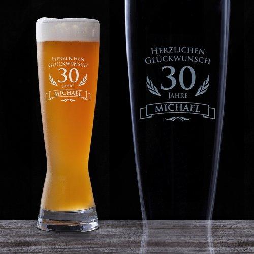 Amavel Weizenglas mit Gravur zum Geburtstag- Personalisiert mit [Wunschnamen] und [Alter] ? Bierglas ? lustige Geschenkideen zum Geburtstag - Geschenke für Männer ? Männergeschenke - Füllmenge: 0,5 l