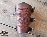 Brazal de Hogwarts, universo Harry Potter. Ideal para fans del Quidditch, realizado en cuero con efecto cinematografico.