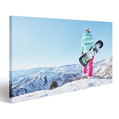 islandburner Bild Bilder auf Leinwand Hintere Ansicht des weiblichen Snowboarders den bunten Sturzhelm, Blaue Jacke, graue Handschuhe und die rosa Hosen tragend, die mit Snowboard in Einer H (Bild-snowboard-jacke)