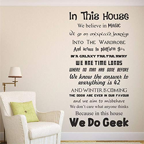 yiyiyaya In diesem Haus tun wir Geek Vinyl Wandkunst Aufkleber Aufkleber Zitat Filme Dekor Wandaufkleber Home Decor Kinderzimmer Kinderzimmer Aufkleber lila 51 x 100 cm