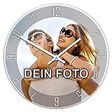 PhotoFancy® - Uhr mit Foto bedrucken - Fotouhr aus Acrylglas - Wanduhr mit eigenem Motiv selbst gestalten (26 cm rund, Design: Klassisch schwarz / Zeiger: weiß)