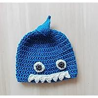 Cappellino squalo da bambino/a in lana merino fatto a mano all'uncinetto con filati pregiati. Taglia 0 - 12 mesi