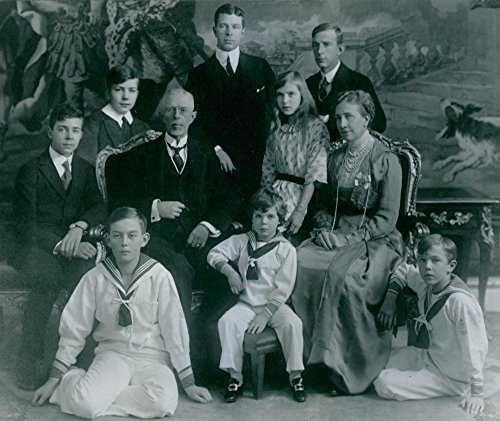 vintage-photo-of-sweden-king-and-queen-along-with-their-two-apart-and-six-grandchildren