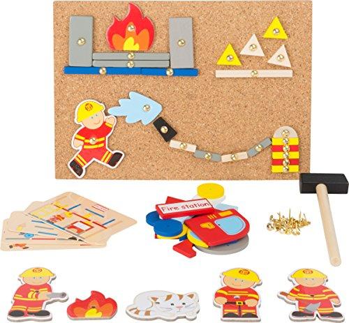 Small Foot 10581 Hämmerchenspiel auf Korkboden mit vielerlei Motiven aus Holz von der Feuerwehr zum Hämmern, inkl. Stecknadeln und Hämmerchen