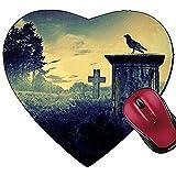 Mauspad in Herzform mit Krähe, sitzend auf Einem Grabstein im Mondlicht