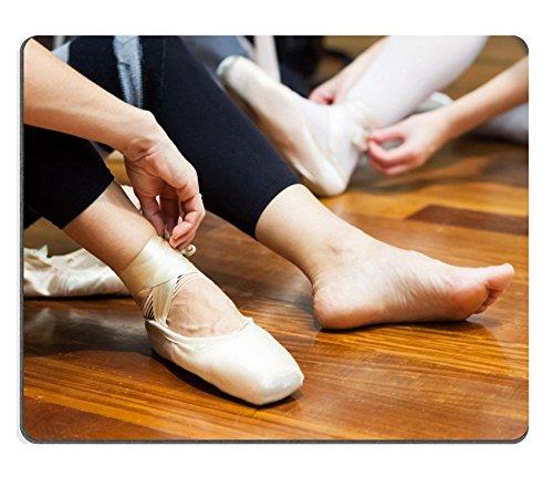 Liili Mauspad Naturkautschuk Mousepad Bild-ID 32529261Ballerina auf Pointes beim Sitzen auf einen hölzernen Boden (Pointe Ballerina)