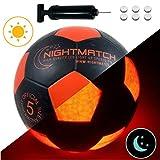 Balón de Fútbol NightMatch que se Ilumina incl. Bomba de balón - LED Interior se enciende cuando se patea – Brilla en la Oscuridad - Tamaño 5 - Tamaño y Peso Oficial - Alta calidad - Negro/Naranja – Balón de Futbol de Juguete que Brilla en la Oscuridad