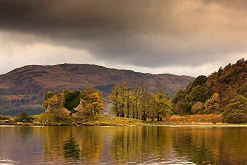 The Poster Corp John Short/Design Pics - Shoreline with Fall Colors Argyll and Bute Scotland Photo Print (45,72 x 30,48 cm) Shoreline Fällen