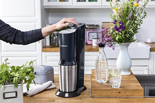 SodaStream Crystal 2.0 Promopack Glaskaraffen Wassersprudler Zum Sprudeln von Leitungswasser, inkl. 1 Zylinder, 2 Glaskaraffen 0,6l (spülmaschinenfest), 2 Trinkgläsern und 6 Sirupproben; Farbe: Titan - 5