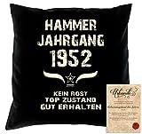 Geschenk Idee zum 66. Geburtstag :-: Hammer Jahrgang 1952 Kissen Dekokissen Jahreszahl Aufdruck :-: Größe: 40x40cm Farbe: schwarz und Urkunde