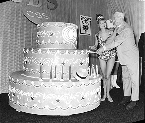vintage-photo-of-maurice-chevalier-slicing-a-giant-cake-in-cbs
