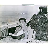Vintage photo of Helen Traubel partite Power Her Famous Voice contro Breakwaves del Pacifico nel giardino di Her California Home, dove Rehearses all' aperto.