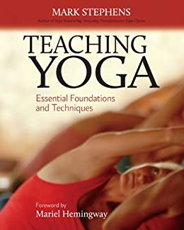Teaching Yoga: Essential Foundations and Techniques (English Edition)