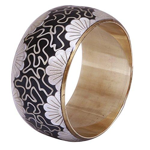 Amplio pulsera de metal con modelos en una base de color negro...