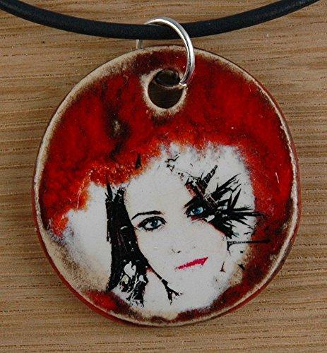 Echtes Kunsthandwerk: Schöner Keramik Anhänger mit einer Frau; Gesicht, Dame, Lippen, lange Haare, rote Lippen