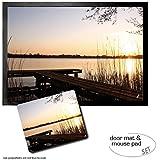 Set: 1 Fußmatte Türmatte (70x50 cm) + 1 Mauspad (23x19 cm) - Laufbrücken, Bootssteg Am See Bei Sonnenaufang